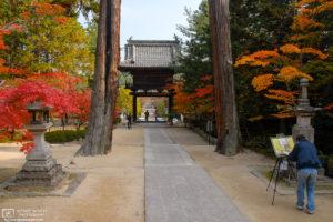A painter at work on a fine autumn day at Hōfukuji Temple (宝福寺) in Sōja, Okayama Prefecture, Japan.