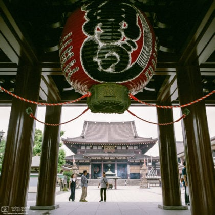 Looking at the Main Hall of Kawasaki Daishi through its Main Gate in Kawasaki, Kanagawa Prefecture, Japan.